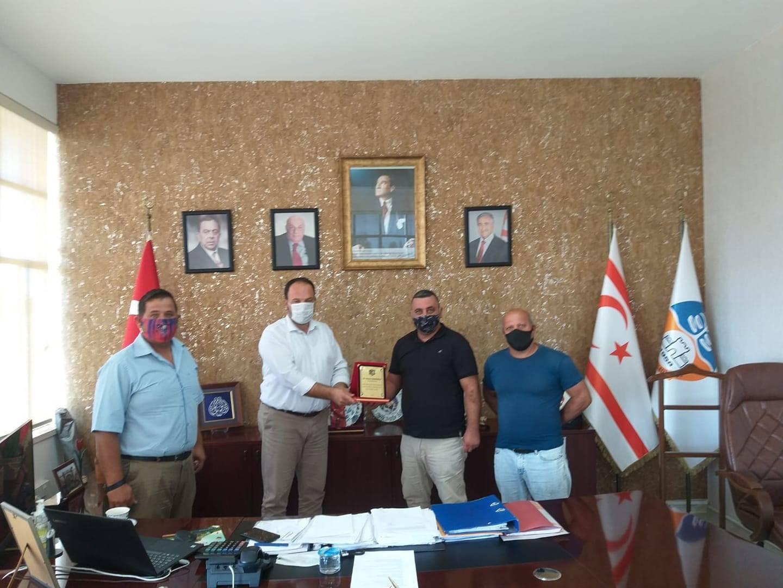İskele Trabzonspor, Sadıkoğlu'na plaket verdi